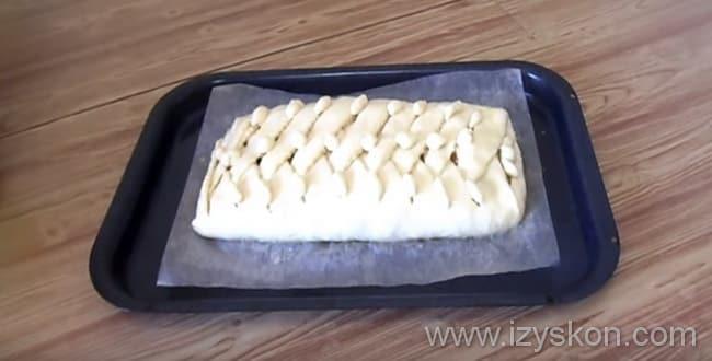 Пирог с капустой из дрожжевого теста украшаем по своему усмотрению