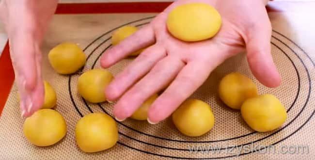 Для приготовления пирожное персик - можно печь печеньки и без скорлупы орешков