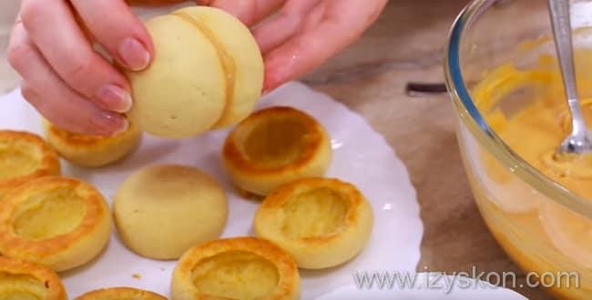 Для приготовления пирожное персик - соединяем две половинки, формируя из них персики
