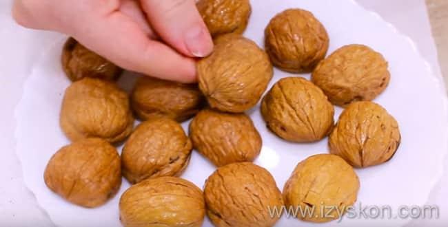 Для приготовления пирожное персик - каждую половинку скорлупы вымыть, обсушить и смазать растительным маслом