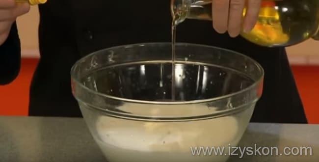 Блинный торт со сгущенкой готовим так: добавляем в тесто подсолнечное масло