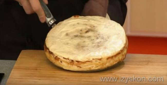 Поставьте форму с блинным тортом со сгущенкой в духовку на 10 минут
