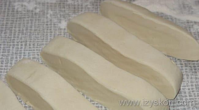 Тесто разрезаем на бруски и готовимманты с тыквой и картошкой
