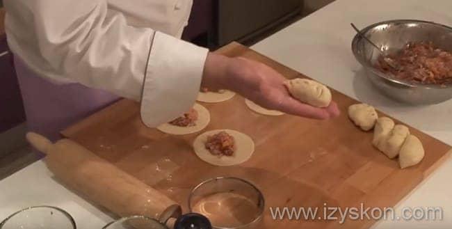 Что бы приготовить манты с тыквой и мясным фаршем выкладываем начинку на середину лепёшки