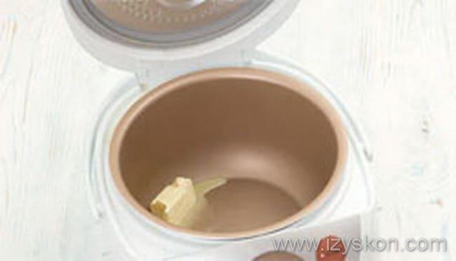 Чашу мультиварки промываем, промазываем сливочным маслом и готовим пудинг из тыквы