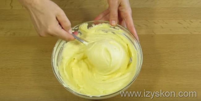 По рецепту творожного торта взбиваем творожный слой сначала ложкой, а потом миксером