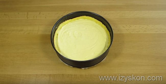 По рецепту творожного торта вынимаем форму из духовки и выкладываем творожную массу на корж