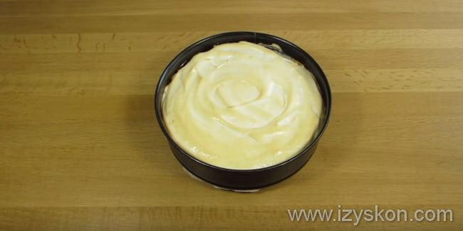 Вынимаем форму из духовки и даем остыть нашему творожному торту