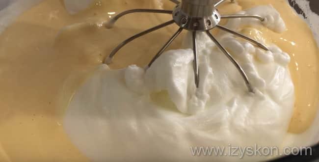 Для приготовления пышного бисквита для торта - соедините обе смеси и просейте в них муку