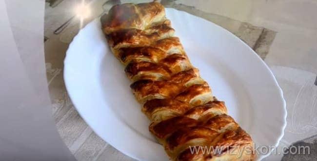 Рыбный пирог из слоеного теста готов к подаче на стол