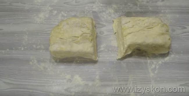 Что бы приготовить слоеный пирог с курицей и картошкой разделите тесто на 2 части
