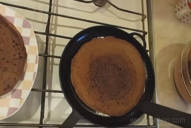 А теперь выпекае блины до красивой румяности, чтобы приготовить из них шоколадный блинный торт с творожным кремом.