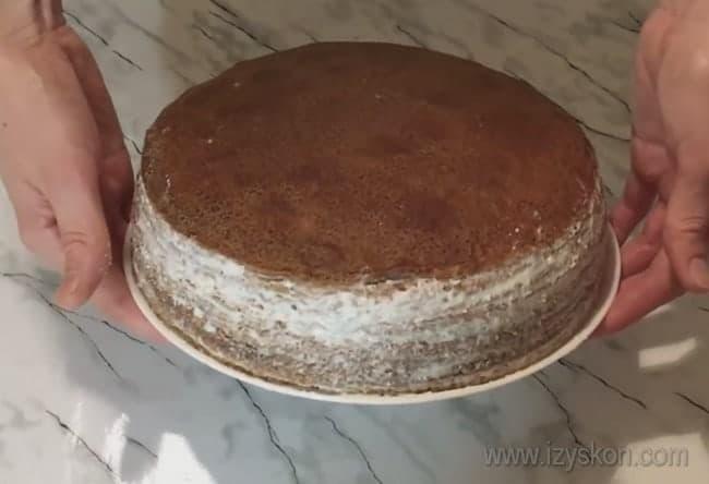 Шоколадный блинный торт с творожным кремом выглядит не хуже бисквитного.