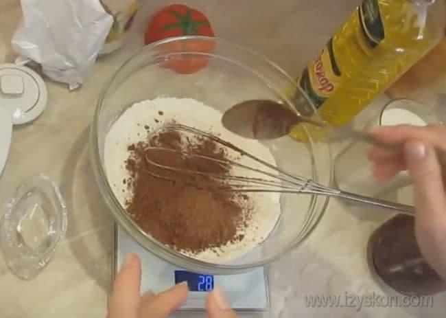 Чтобы приготовить шоколадный блинный торт с творожным кремом, сначала сделаем блины.