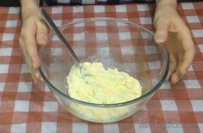 Чтобы приготовить шоколадный кекс на сметане, сначала перетрите масло с сахаром.