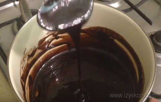 Простые кексы на сметане, приготовленные по нашим рецептам, можно полить вкусной шоколадной глазурью.