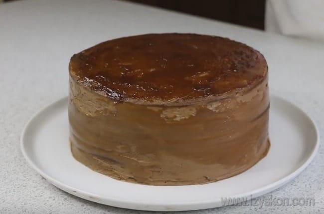 Верхний корж шоколадного торта на сковороде смазываем повидлом.