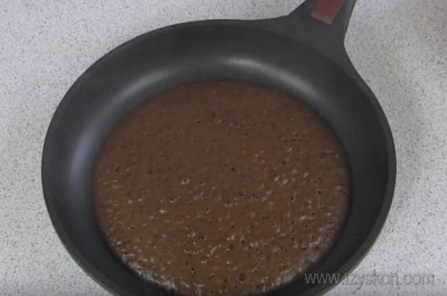 Коржи для шоколадного торта на сковороде выпекаются быстро.