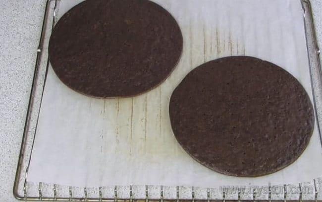 Коржи для шоколадного торта на сковороде важно студить по отдельности,чтобы ни не слиплись.