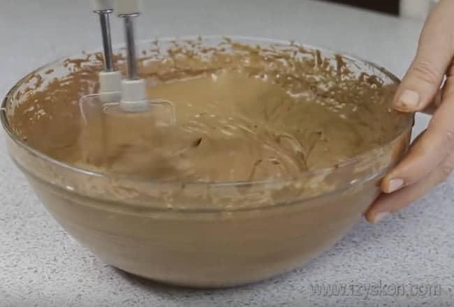 Взбиваем слично-шоколадный крем для перемазывания шоколадного торта на сковороде.