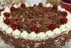 Шоколадный торт с вишней можно также украшать при помощи конидтерского шприц или мешка.