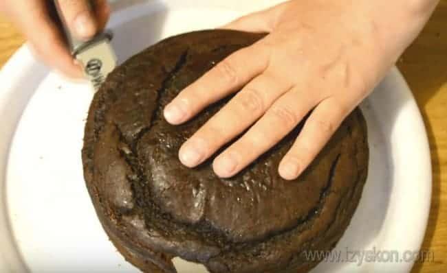 Осталось только сформировать наш шоколадный торт с вишней сметанным кремом.