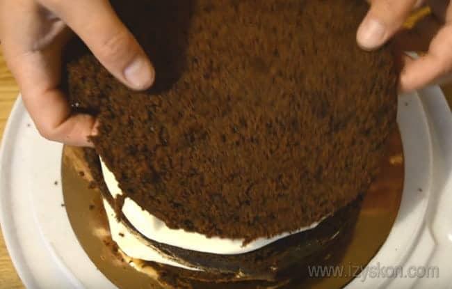 Верхний корж шоколадного торта с вишней также обмазываем кремом.