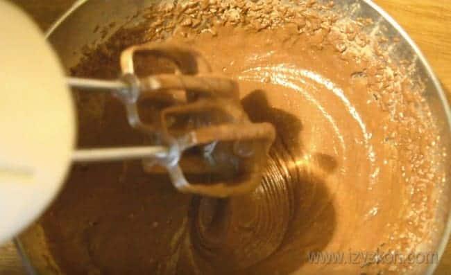 Осталось только тщательно перемешать массу миксером и печь корж для нашего шоколадно-вишневого торта.