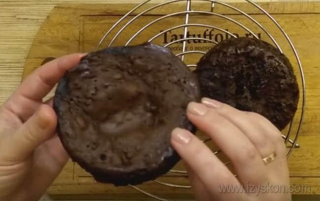 Всего за несколько минут мы смогли приготовить простой шоколадный торт в микроволновке.