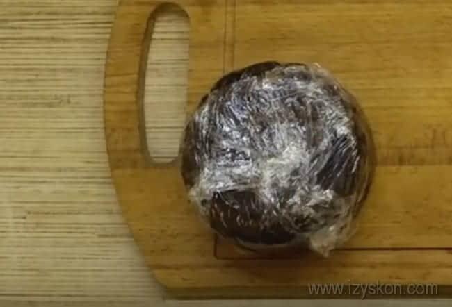 Если завернуть коржи для шоколадного торта, приготовленные в микроволнове, в пищевую пленку, они будут более нежными.
