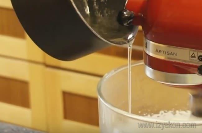 Тоненькой струйкой вливаем во взбитые белки сироп, чтобы приготовить крем для украшения кексов, который будет прекрасно держать форму.