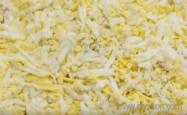 """Для салата """"Лесная поляна"""" с опятами яйца лучше всего натереть на терке."""