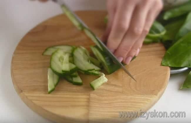 Для приготовления вкусного салата из черемши с курицей нам также понадобится свежий огурец.