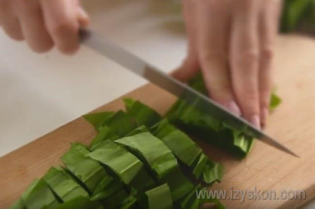 Салат с из черемши с яйцом и курицей получится более сытным.