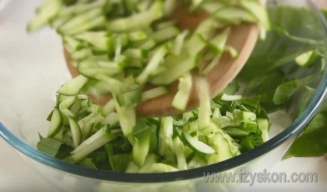 Такой салат из черемши с курицей и яйцом поистине достоит праздничного стола.