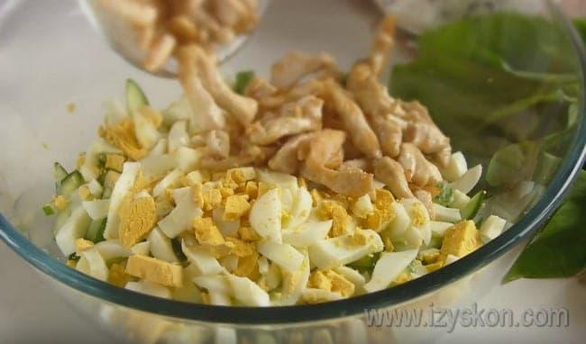 Посмотрите и нас также видео о том, как приготовить салат из черемши с яйцом и курицей.