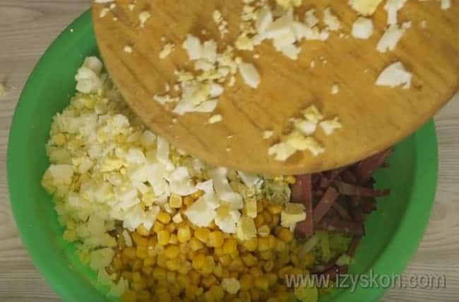 Чтобы освежить вкус салата с пекинской капустой и колбасой, добавляем в него кукурузу.