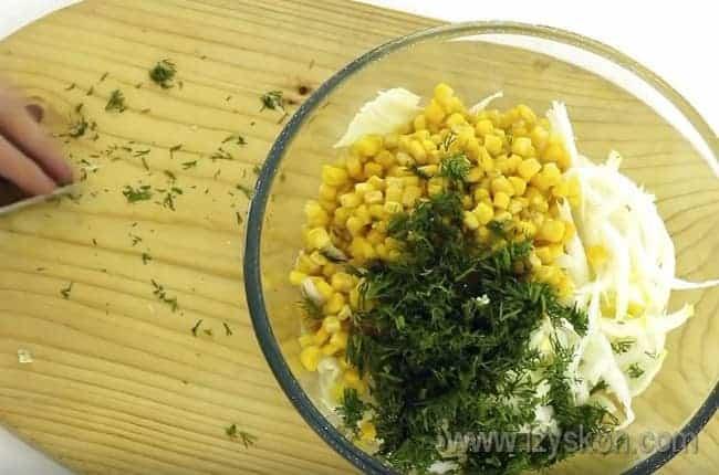 Зелень придаст салату из пекинской капусты с кукурузой более яркий и свежий цвет.