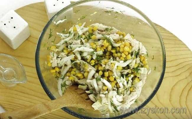 Такой салат из пекинской капусты заправим растительным маслом, чтобы он был легким и нежным.