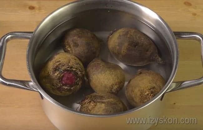 Этот салат мы будем готовить вареной свеклы, поэтому заблаговременно надо ее отварить.