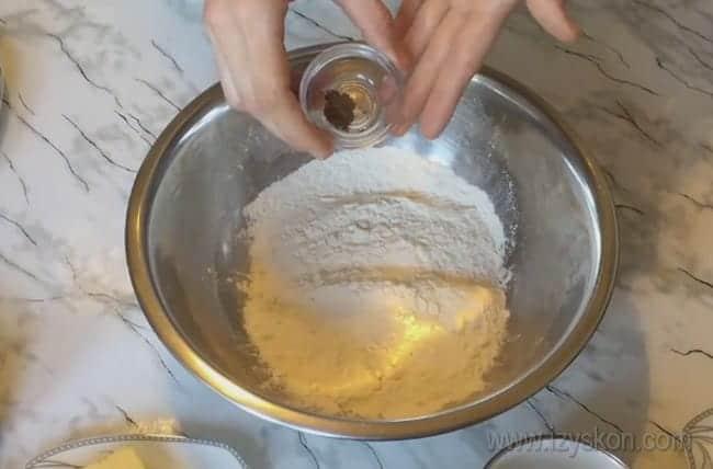 Если добавить в тесто для заливного лукового пирога мускатный орех, он будет более ароматным.