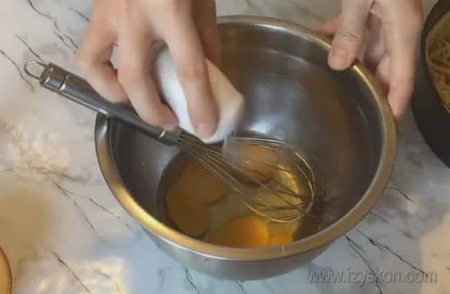 Готовим заливку для самого вкусного лукового пирога.