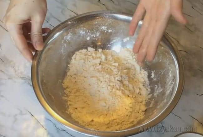 В таком песочном тесте можно готовить наливной пирог с яйцом и зеленым луком.