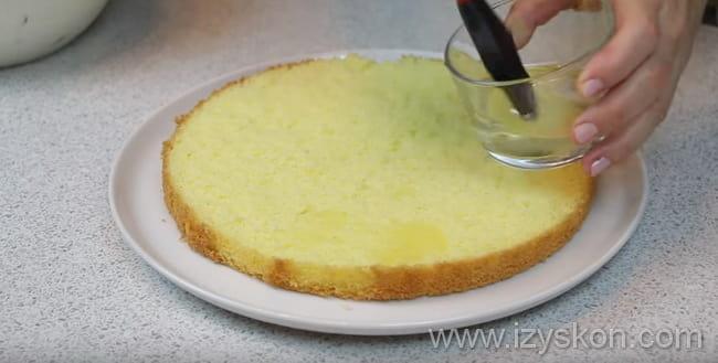 Пропитываем каждый корж творожного торта сиропом или соком