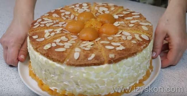 Украшаем творожный торт взбитыми остатками сливок и фруктами