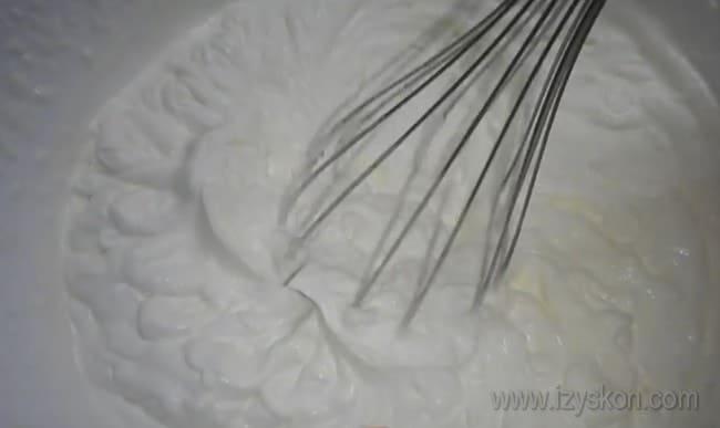 Сливки для приготовления крема для блинного торта тщательно взбиваем до пышной массы.