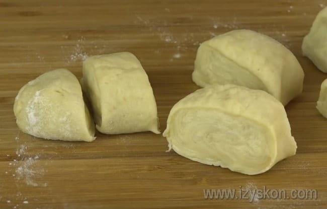 Готовое тесто на пиве для слоеного печенья разделяем на несколько частей.