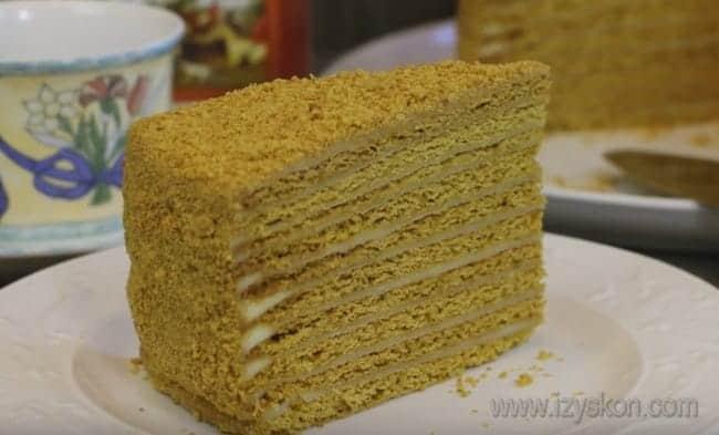 Посмотрите также видео о том, как приготовить простой сметанный крем для торта.