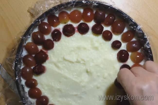 Красиво выкладываем ягоды, чтобы тирольский пирог с вишней выглядел аккуратным.