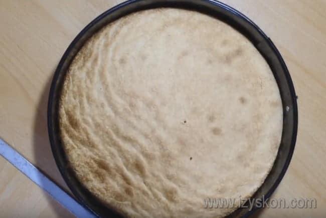 Такая бисквитная основа делает тирольские пироги очень нежными.